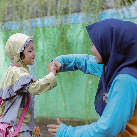 siswa tk cium tangan guru