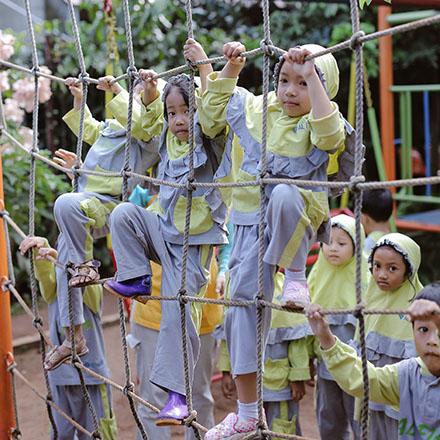 siswa tk memanjat jaring