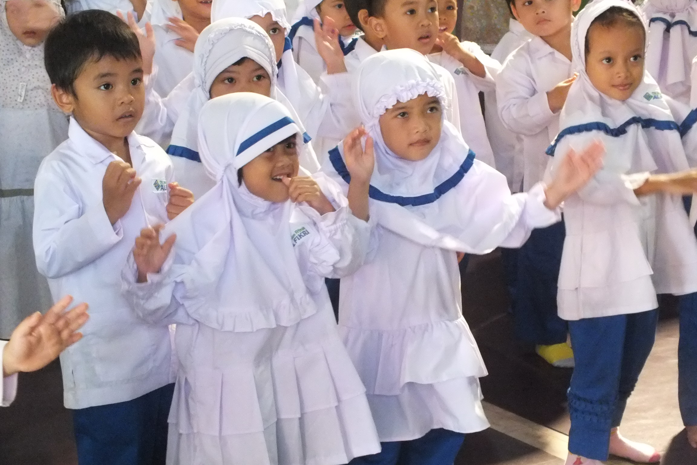 siswa tk berlatih menyanyi